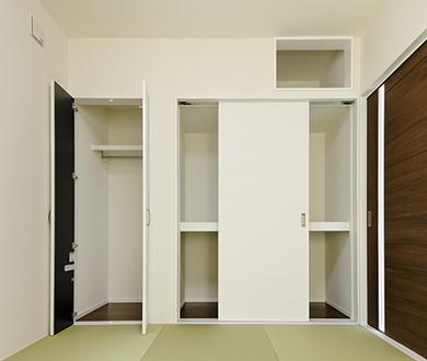 壁一面の収納は施主様ご要望の仕切りで、使い勝手の良い押入れとなりました。