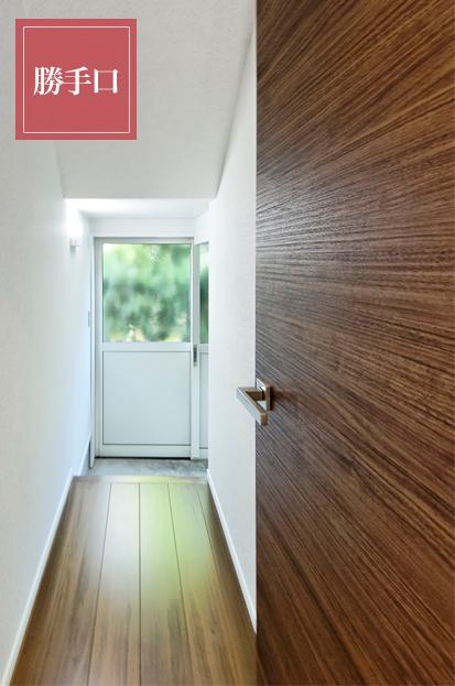 階段下収納のある勝手口は非常口ともなり、廊下からぐるりと回れる導線がとても便利です。