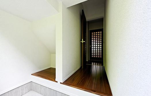 ドアを開けるとそこは勝手口、廊下からぐるりと回れる導線がとても便利です。