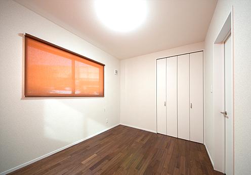 子世帯の2階洋室