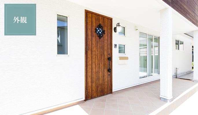 装飾が印象的なカントリー風の玄関ポーチ