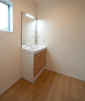 ゆったりとした脱衣室と洗面化粧台化粧台