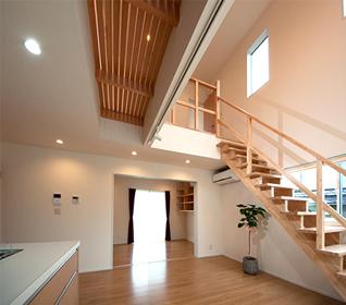 下から見た木製格子廊下