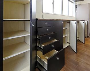 大容量のオリジナルキッチン収納には棚も引き出しもあります。