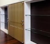 施主様のリクエストにお応えして、キッチンの対面にオリジナル棚とコルクボード伝言板を設置。