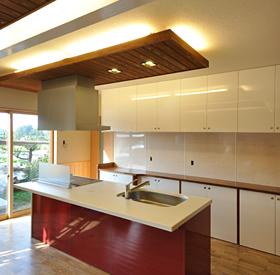 広々としたフラットアイランドキッチンは、リビングの家族の顔を見ながら、子ども達と一緒に調理台を囲んでお料理ができます。