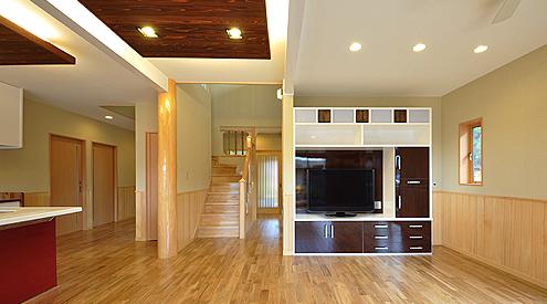 LDKの天井にはお洒落な照明。間接的な明かりでお部屋の雰囲気が和みます。