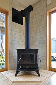 暖炉の暖かな空気をシーリングファンでリビングからキッチン、家中へ送ります。