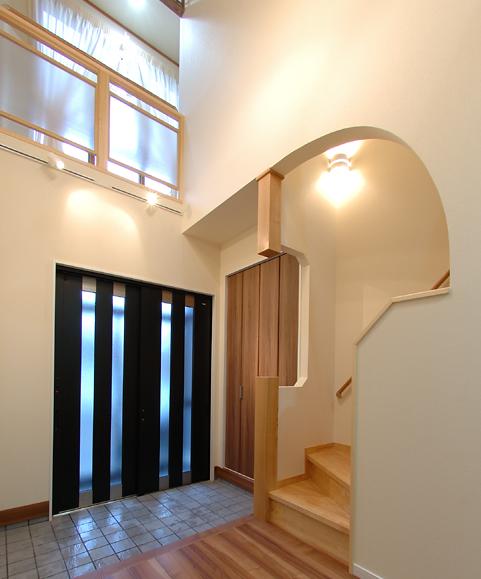 玄関横には大容量の収納と間接照明が埋め込まれた飾り棚。