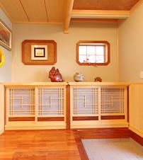 備え付けの玄関収納に建築白石オリジナルの飾り建具