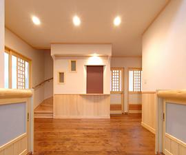 広々とした空間を感じられる吹き抜けの玄関、腰板は全てヒバを使用しています。