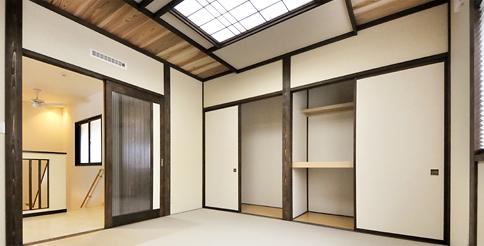 モダンな雰囲気の和室。天井のお洒落な照明も建築白石のオリジナルな技です。