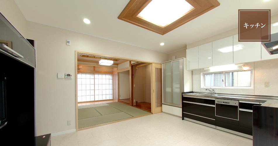 工夫が多い和室に隣接した床暖房を装備したキッチン。
