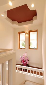 大工さんの機転で提案された飾り棚は、普段はディスプレイスペースとして、窓のメンテナンス時には足場となって活躍します。