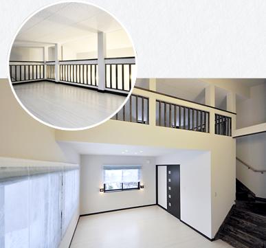 部屋の中にはロフトへ続く階段があり、もう一部屋あるように思わせるような、広いロフト。階段下は大容量のウォークインクローゼット。