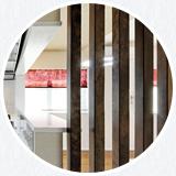 ピーラ材の格子の間仕切りは LDK から洗面所への視線をやんわりと遮ります。