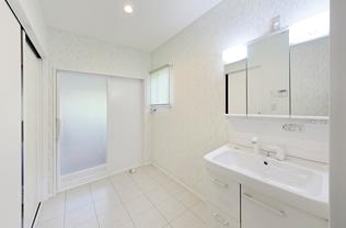 1.5帖の広めの洗面脱衣室は爽やかな落ち着いたクロスで安心感がある空間。サニタリーでゆったりと家事をしていただけます。