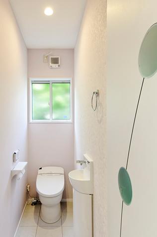 可愛らしいドアとクロスが印象的なトイレは、使い勝手のよいシステムトイレ(LIXIL サティス)で清潔感が溢れています。