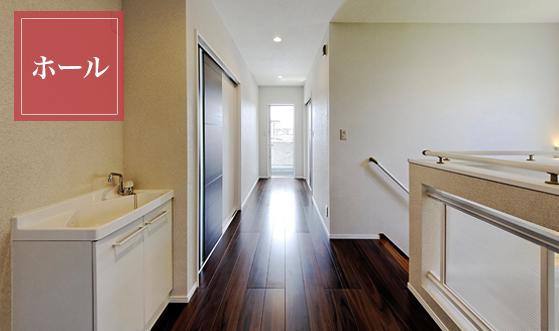 木目の落ち着いた色合いのドアや床材でデザイン性高く落ち着いたフロア。