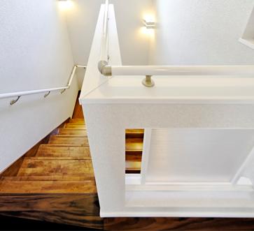 ホールには採光や空間の雰囲気を考えられた建築白石が創るポリカツインのオリジナル建具。