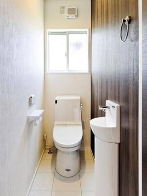 木目のアクセントクロスで落ち着いた雰囲気のトイレ。