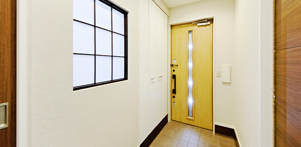 玄関フロアはリビングからの採光窓でとても明るい空間となっています。