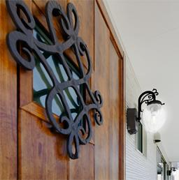 装飾が印象的なカントリー風のトステムの玄関ドア