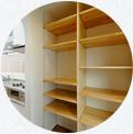 お洒落なアーチ型間仕切りの奥にはウォークインの食糧庫。天井から備え付けられた収納棚でとても便利