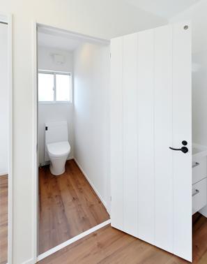 カントリー風のドアがキュートな2Fトイレ。