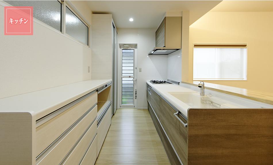リビングを広々見渡せ、収納たっぷり使い勝手の良いシステムキッチン