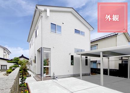 スッキリとした外観、中は効率的な間取りにこだわった機能的住宅、カーポートと駐車場