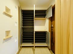 玄関ホールの収納は天井から床までたっぷり入るサイズです。