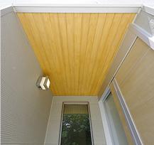 玄関ポーチの美しいヒノキの天井