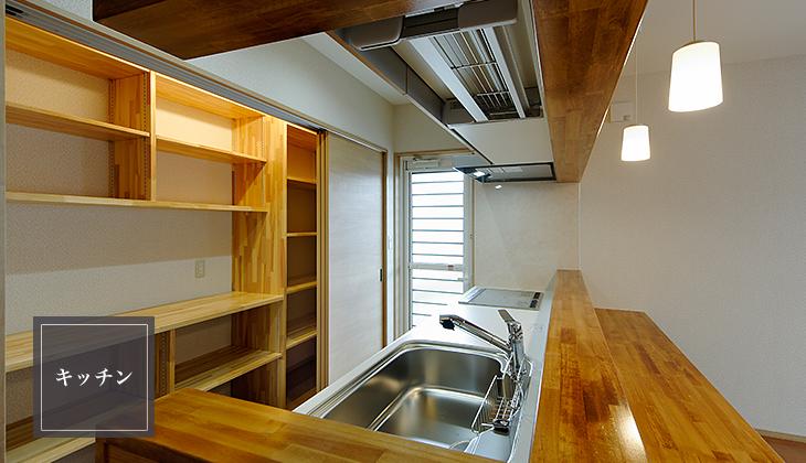 耐水性に強いピーラ材で囲まれたキッチン。