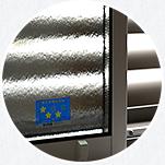 LIXILサーモスの面格子付き窓 目隠し可動ルーバーで防犯性 UP。目隠し・遮光と採光が調整できます。
