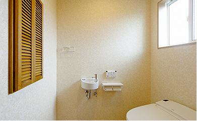 カントリー調ラックのある広い 2Fトイレ。