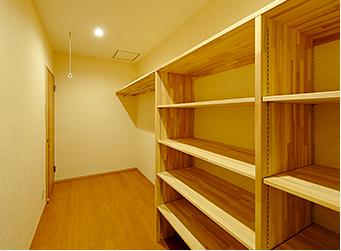 広いウォークインクローゼットには、建築白石オリジナル可動棚。