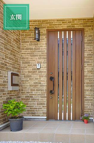 ウォールナット色のモダンな玄関。