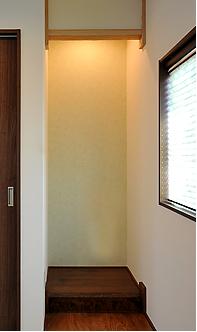 ウグイス色の床の間に絞り丸太の落とし掛け、天袋付きの押入。
