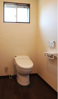 車いすも楽々に入れる広々トイレには、スッキリしたデザインの掃除のしやすいタンクレストイレ。