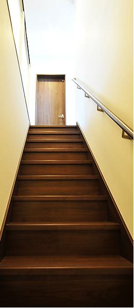 一般の階段より段差が緩めなので、とても上り易い階段です。
