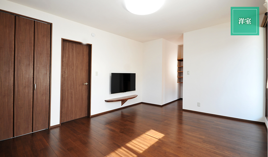 一階にも設置した足元スッキリとした白石オリジナルテレビボード。