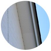 小屋裏にこもった熱気や湿気を排出する軒天換気も白く目立ちにくいもの。