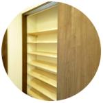 木の香りのするパイン材の可動棚で靴や長靴、玄関小物をすっきり片づけられます。