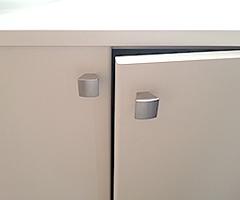 プッシュ式扉の収納棚