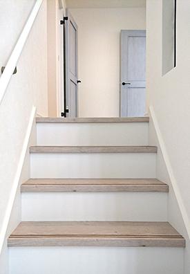 真っ白な階段と白い手摺