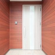 ウォールナット木目の壁と玄関