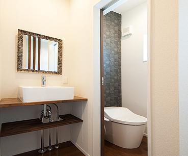 2Fの洗面化粧台とトイレ
