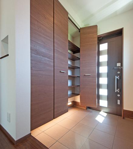 玄関内と玄関収納