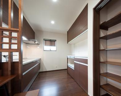 天井から床までたっぷりの収納とパントリー棚